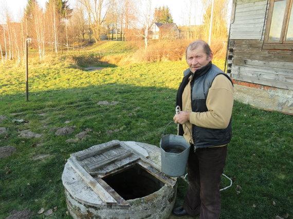A.Grygelaičio nuotr./Alvydas Savickas iš Duonelaičių kaimo vandenį geria iš nuosavo kieme esančio šulinio