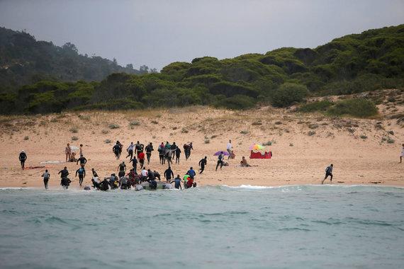 """""""Reuters""""/""""Scanpix"""" nuotr./Migrantai išsilaipina Ispanijos pakrantėje, perplaukę Viduržemio jūrą iš Maroko"""