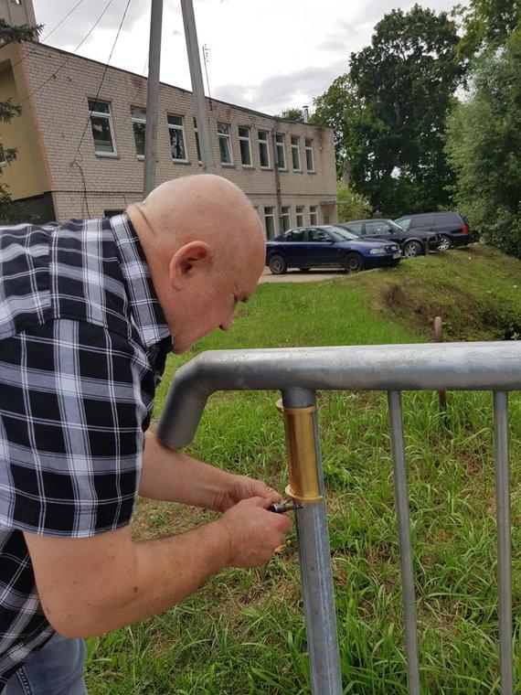 Lilijos Valatkienės nuotr./Nesankcionuotu meniniu žingsniu R.Inčirauskas vadina savo vaikystės praradimų įamžinimą Anykščiuose