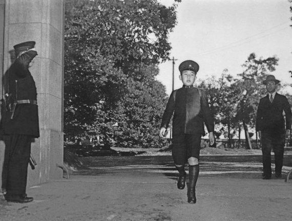 """""""Reuters""""/""""Scanpix"""" nuotr./Japonijos princas Akihito keliauja į mokyklą Tokijuje 1945 m."""