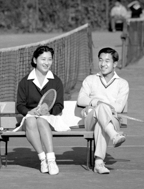"""""""Reuters""""/""""Scanpix"""" nuotr./Japonijos princas Akihito kalbasi su Michiko Shoda teniso kortuose 1958 m."""