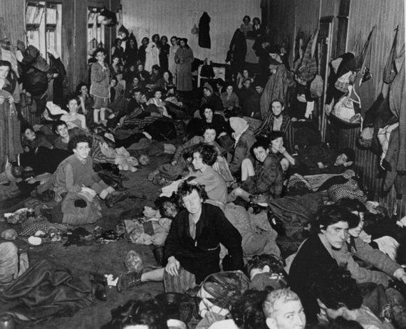 JAV Holokausto memorialo muziejaus nuotr./Išgyvenę romų Holokaustą asmenys Bergen-Belseno stovykloje