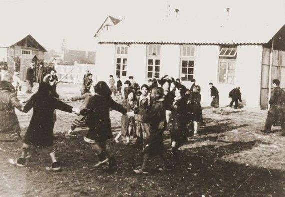 JAV Holokausto memorialo muziejaus nuotr./Romų vaikai žaidžia prie priverstinio darbo stovyklos