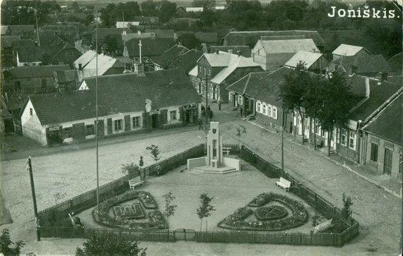 Nepriklausomybės paminklo skveras Joniškyje 1929 metais. Joniškio istorijos ir kultūros muziejaus nuotr.
