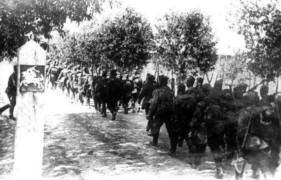 LCVA nuotr./Sovietų Sąjungos kariuomenė peržengia Lietuvos Respublikos valstybės sieną. 1940 m. birželio 15 d.