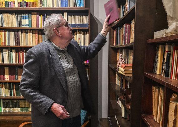 Venclovų namų-muziejaus nuotr./Tomas Venclova tvarko muziejaus biblioteką, 2018 m.