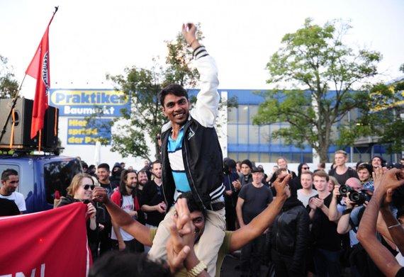 """AFP/""""Scanpix"""" nuotr./Pabėgėlius palaikanti demonstracija Dresdene"""