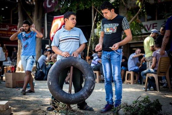 Vidmanto Balkūno/15min.lt nuotr./Izmire Turkijoje klesti prekyba gelbėjimosi liemenėmis ir kitomis prekėmis pabėgėliams