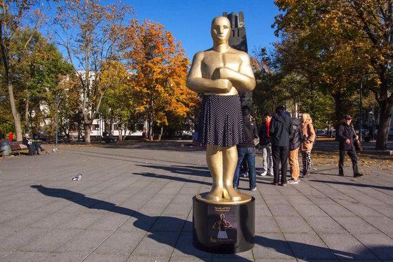 """Festivalio """"Nepatogus kinas"""" nuotr./Kudirkos aikštėje iškilo už moterų teises kovojantis sijonuotas """"Oskaras"""" 2015 m."""