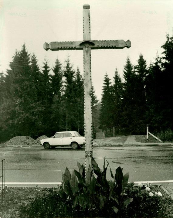 """Adomo Liaudansko nuotr./Atminimo kryžius Medininkų pasienio kontrolės poste, kur 1991 m. liepos 31 d. sovietų omonininkai žiauriai nužudė septynis Medininkų pasienio kontrolės posto pareigūnus, muitininkus ir policininkus. Žodžiai ant kryžiaus: """"Atleisk jiems, Viešpatie"""""""