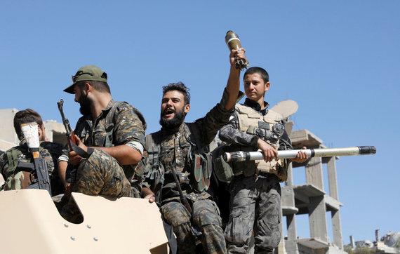 """""""Reuters""""/""""Scanpix"""" nuotr./JAV remiamos pajėgos Sirijoje skelbia visiškai užėmusios buvusią """"Islamo valstybės"""" sostinę Raką"""