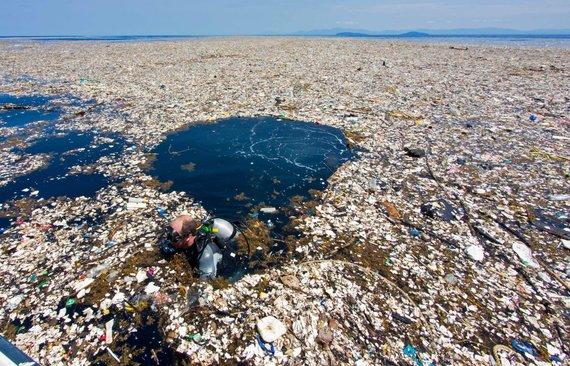 """AFP/""""Scanpix"""" nuotr./Šiukšlių sala vandenyne prie Hondūro krantų"""