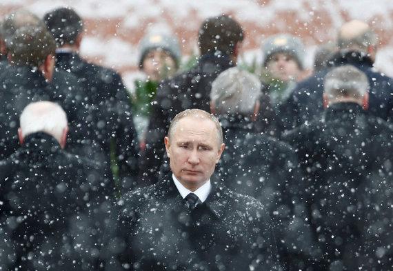 """""""Reuters""""/""""Scanpix"""" nuotr./Vladimiras Putinas prie nežinomo kario paminklo Maskvoje"""