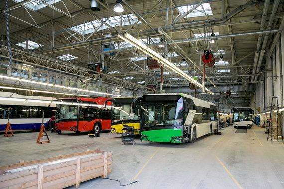"""Sauliaus Žiūros nuotr./Gamykloje """"Solaris Bus & Coach S.A"""" gaminami autobusai"""