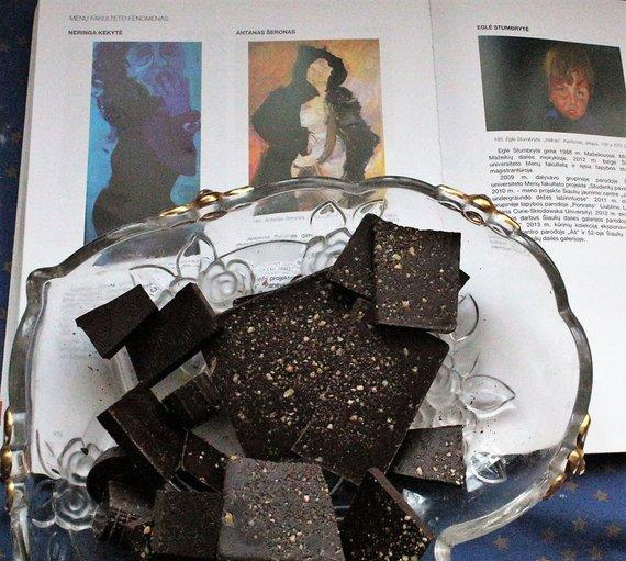 Lilijos Valatkienės nuotr./Jei energijos pristigtų, juodasis šokoladas studijoje po ranka