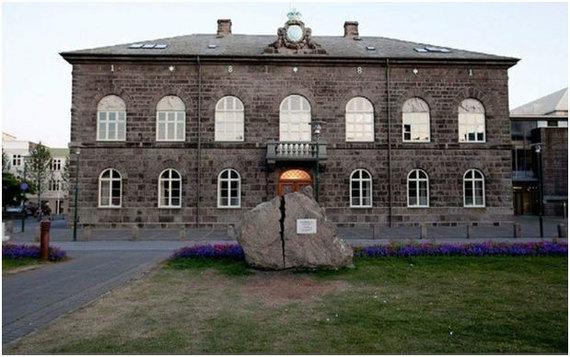 Dainiaus Paukštės nuotr./Priešais Islandijos parlamentą – Altingą stovi didelis perskeltas akmuo