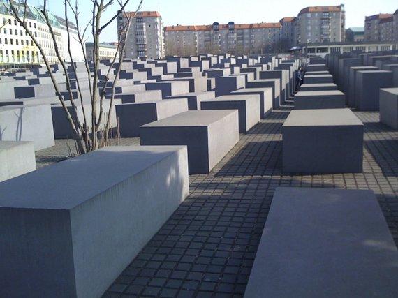 Dalios Staponkutės nuotr./Pabrėžtina granito asketika, liudijanti apie žmonijos siaubą. Berlynas, monumentas holokausto aukoms atminti