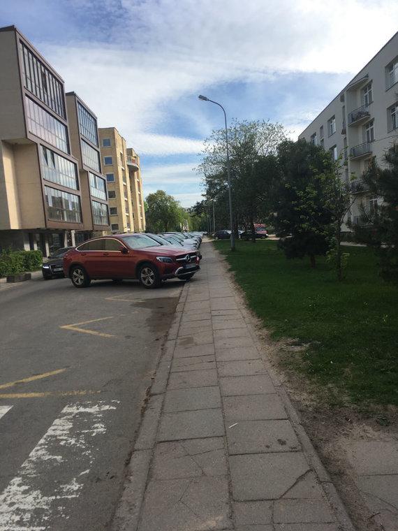15min skaitytojos nuotr./Vaidos Skaisgirės automobilis paliktas neleistinoje vietoje