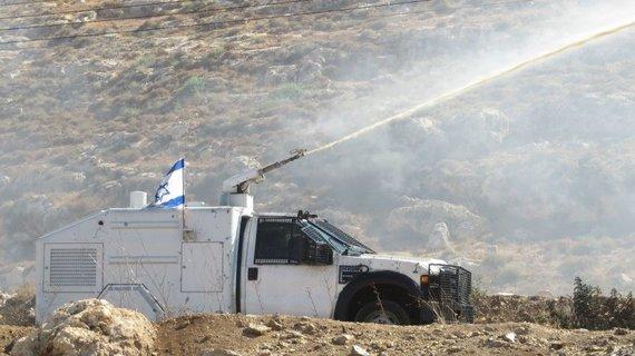 Giedrės Steikūnaitės nuotr./Izraelio armija apipurškia protestuojančius civilius išmatomis dvokiančiu cheminiu skysčiu, kurio smarvę labai sunku išplauti