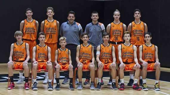 alqueriadelbasket.com nuotr./Jose Luisas Roberto (antras iš kairės viršuje) ir Nidas Paulauskas (trečias iš kairės apačioje)