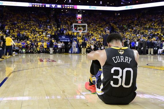 """AFP/""""Scanpix"""" nuotr./Stephenas Curry reaguoja į Klay Thompsonas traumą"""
