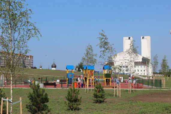 Partnerio nuotr./Miesto centrinėje dalyje įrengtos 5 naujos vaikų žaidimo aikštelės su saugiais sertifikuotais įrenginiais, ir užlieta gumos (EPDM) danga