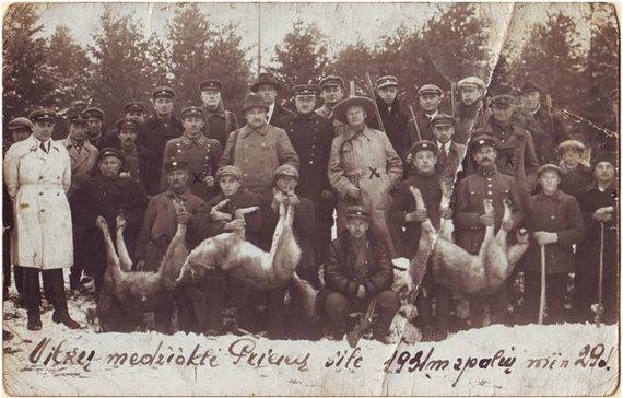 Užsakovo nuotr./Taiklių šūvių autoriai pažymėti X, tarp jų nuotraukos centre operos grandas ir vienas garsiausių tarpukario medžiotojų Kipras Petrauskas.