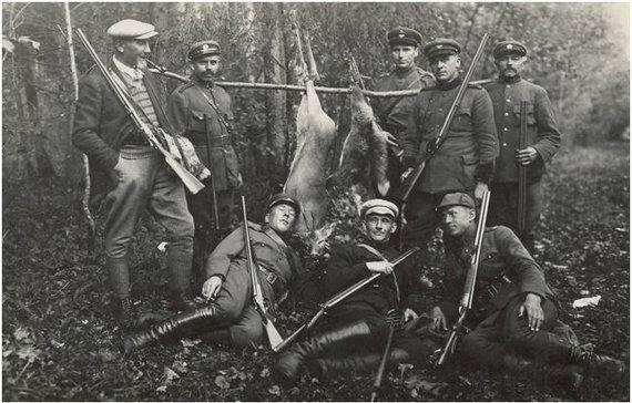 Kęstučio Markevičiaus arch. nuotr./Po sėkmingos medžioklės Karalgiryje.