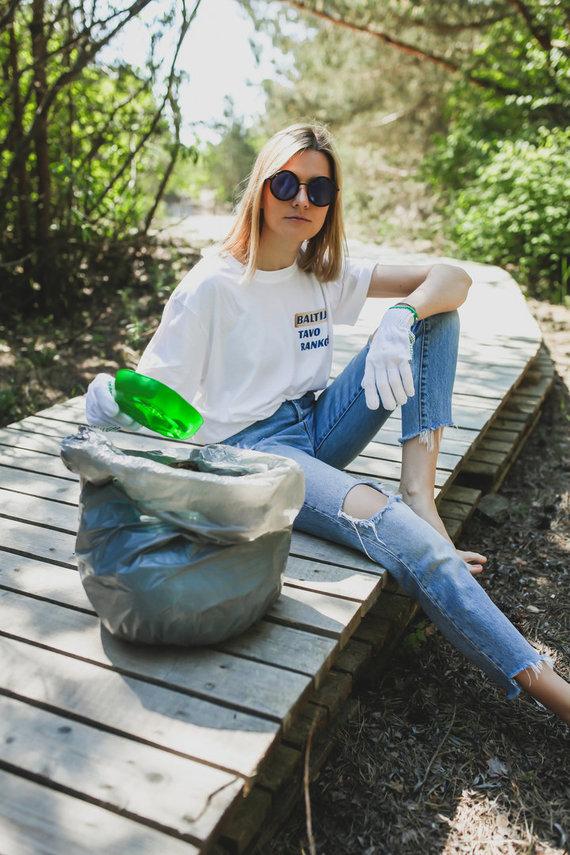 Partnerio nuotr./Žinomos moterys skatina šią vasarą švarinti Baltijos pajūrį: tarp kopose rastų šiukšlių – medicininės kaukės ir puodo dangtis
