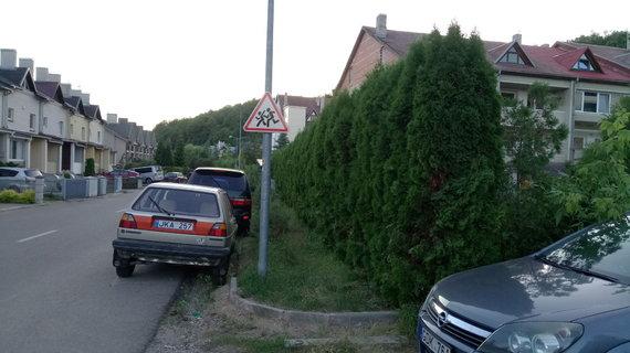 Skaitytojo nuotr./Kaimynų kova dėl valstybinės žemės Kauno Ramybės gatvėje