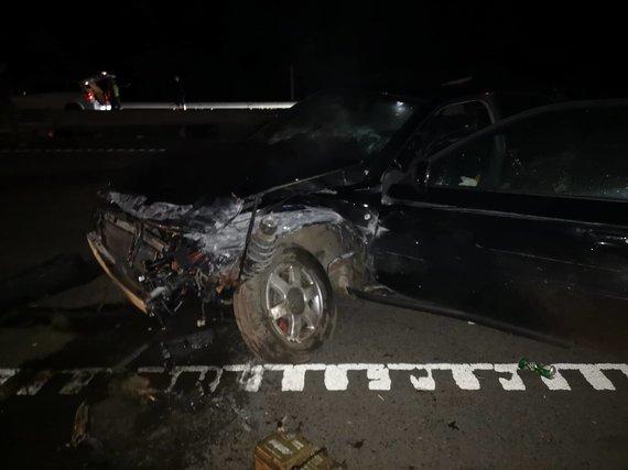 """Skaitytojo Karolio nuotr./Greitkelyje """"Audi"""" avarija rėžėsi į atitvarus, nukentėjo 5 žmonės"""