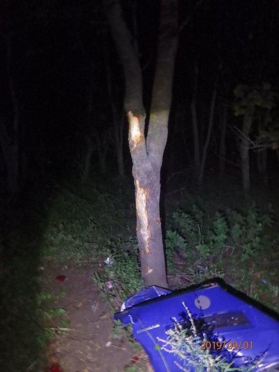 """Kauno apskrities policijos nuotr./Kaune """"VW Touran"""" nuvažiavo nuo kelio ir atsitrenkė į medžius"""