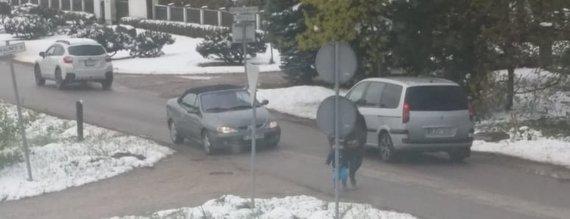 Skaitytojo nuotr./Automobilių eismas Ramučių Parko gatvėje
