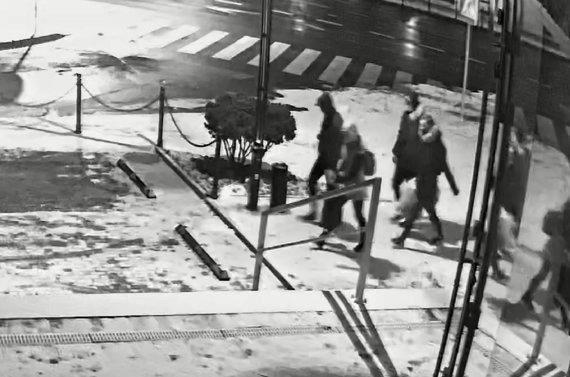 Kauno apskrities policijos nuotr./Apvogtas turgavietės kioskas – ieškomi šie žmonės