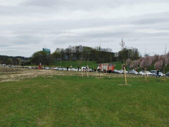 Indrės Jurčenkaitės nuotr./Pievoje prie Baltojo tilto aptiktas sprogmuo