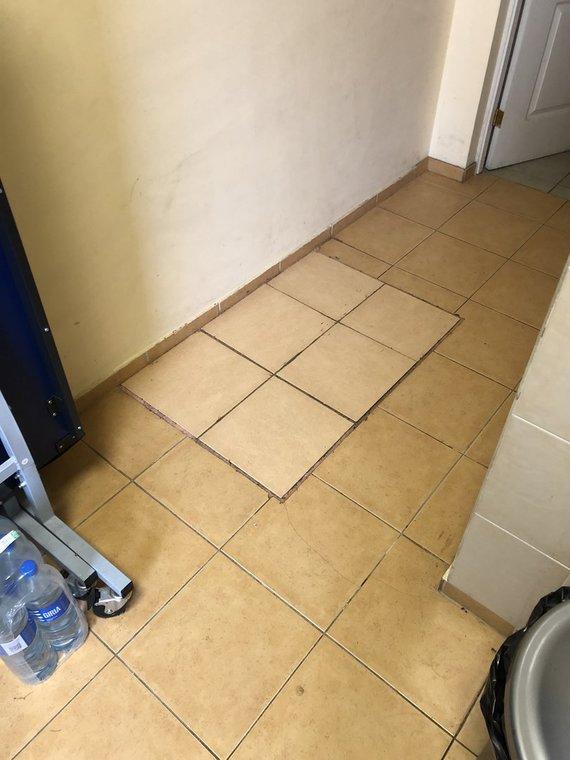 """UAB """"Esem"""" nuotr./Liukas virtuvėlės grindyse, po kuriuo – kanalizacijos šulinys"""