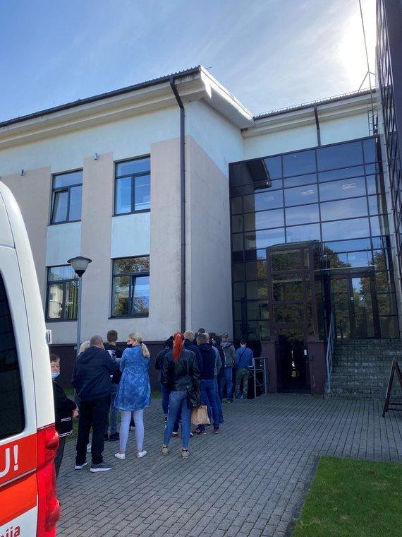 Skaitytojo Gintauto nuotr./Besiskiepijančių eilė prie Tauragės kultūros centro