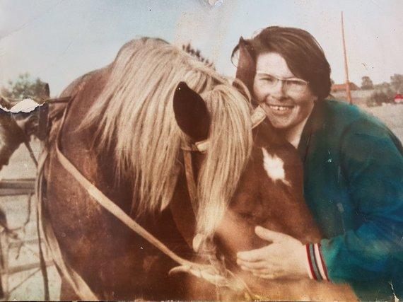 Viktorijos Jovarienės asmeninio albumo nuotr./Viktorija Jovarienė su mylimiausiu žirgu Žoliu