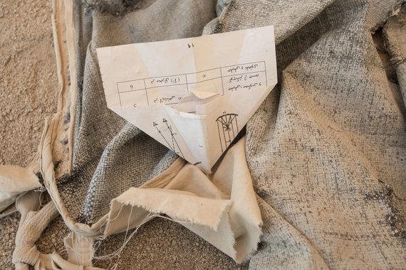 Joël van Houdt nuotr./Moksleivių padarytas popierinis lėktuvėlis tarp palapinėje sustatytų suolų