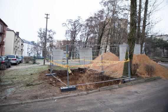 Mariaus Vizbaro / 15min nuotr./T.Masiuliu gatvėje kasamos duobės konteineriams