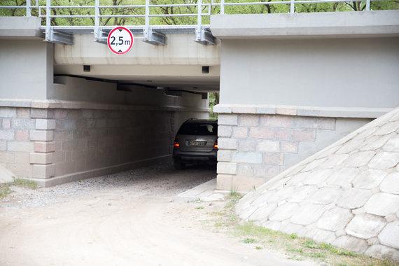 Mariaus Vizbaro / 15min nuotr./Pravaža po geležinkelio tiltu