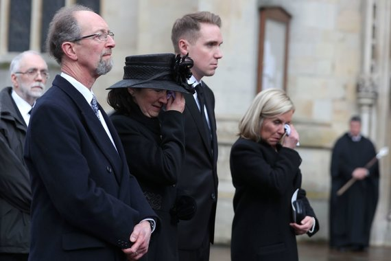"""AFP/""""Scanpix"""" nuotr./Stepheno Hawkingo buvusi žmona Jane Hawking, sūnus Timothy Hawking, dukra Lucy Hawking"""