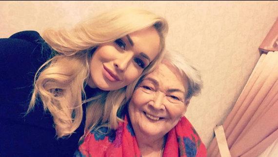 Asmeninio albumo nuotr./Oksana Pikul-Jasaitienė su močiute