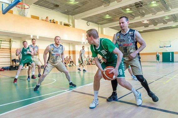 Asmeninio M.Puidoko archyvo nuotr./M.Puidokas krepšinio rungtynėse su Seimo komanda