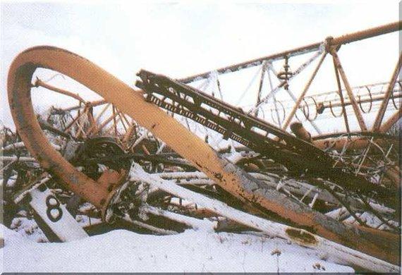 Wikipedia Commons nuotr./Varšuvos radijo stiebo griuvėsiai 1992 m.