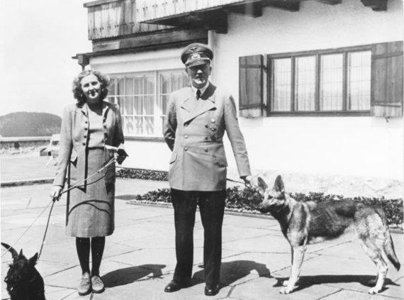 Bundesarchiv nuotr./A.Hitleris su Eva Braun šalia Berghofo rezidencijos.
