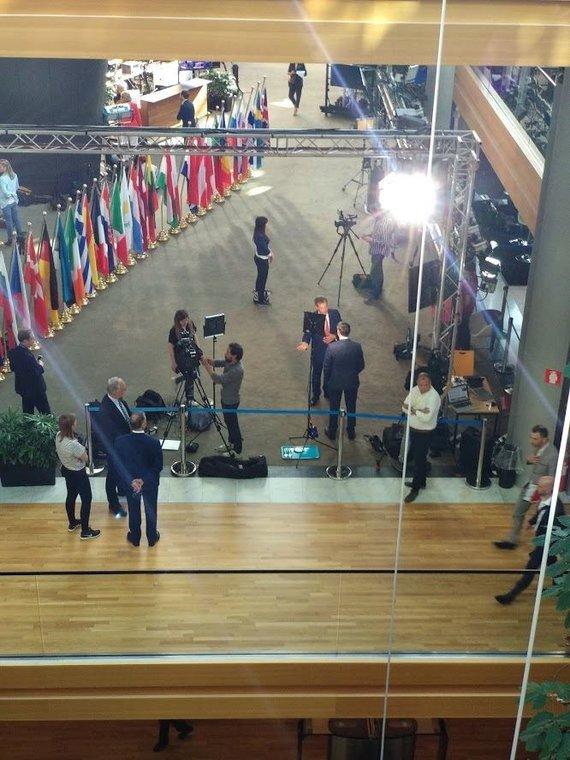 Ugniaus Antanavičiaus nuotr./Žurnalistų zona Europos Parlamente. Interviu duoda Nigelis Farage'as