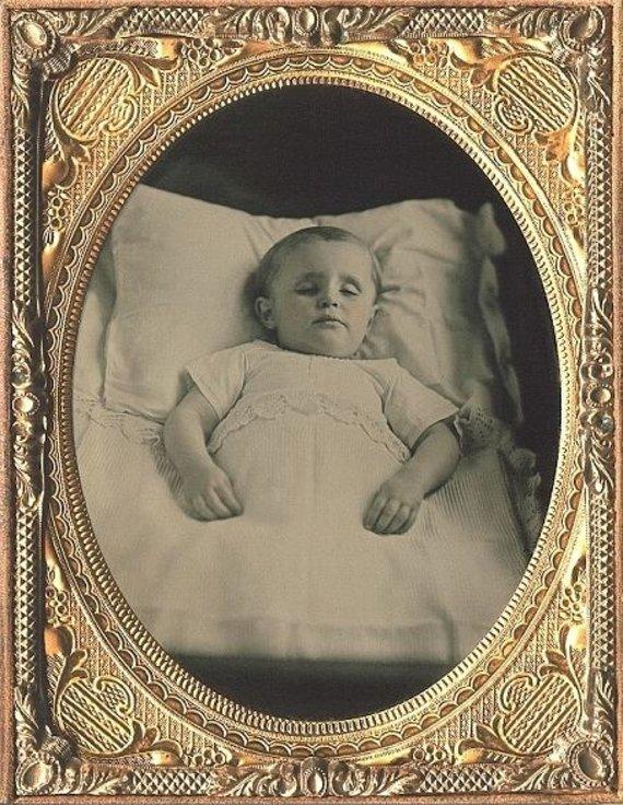 Wikimedia Commons nuotr./Miręs vaikas lovoje, apie 1850 m. daryta nuotrauka
