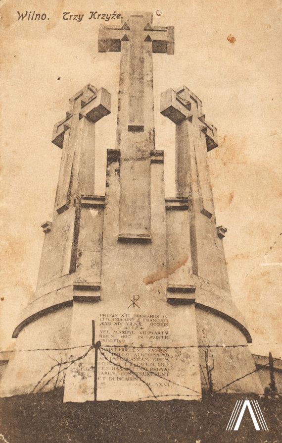 archivesofculture.com nuotr./Trys kryžiai ant Plikojo (kreivojo) kalno. Architektas A. Vivulskis. Nuotrauka daryta apie 1925 m.