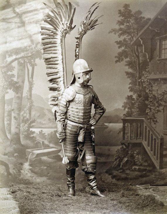 Pinterest nuotr./Žmogus su husarų šarvais ir rotmistro buzdyganu 1890 m. Varšuvoje.